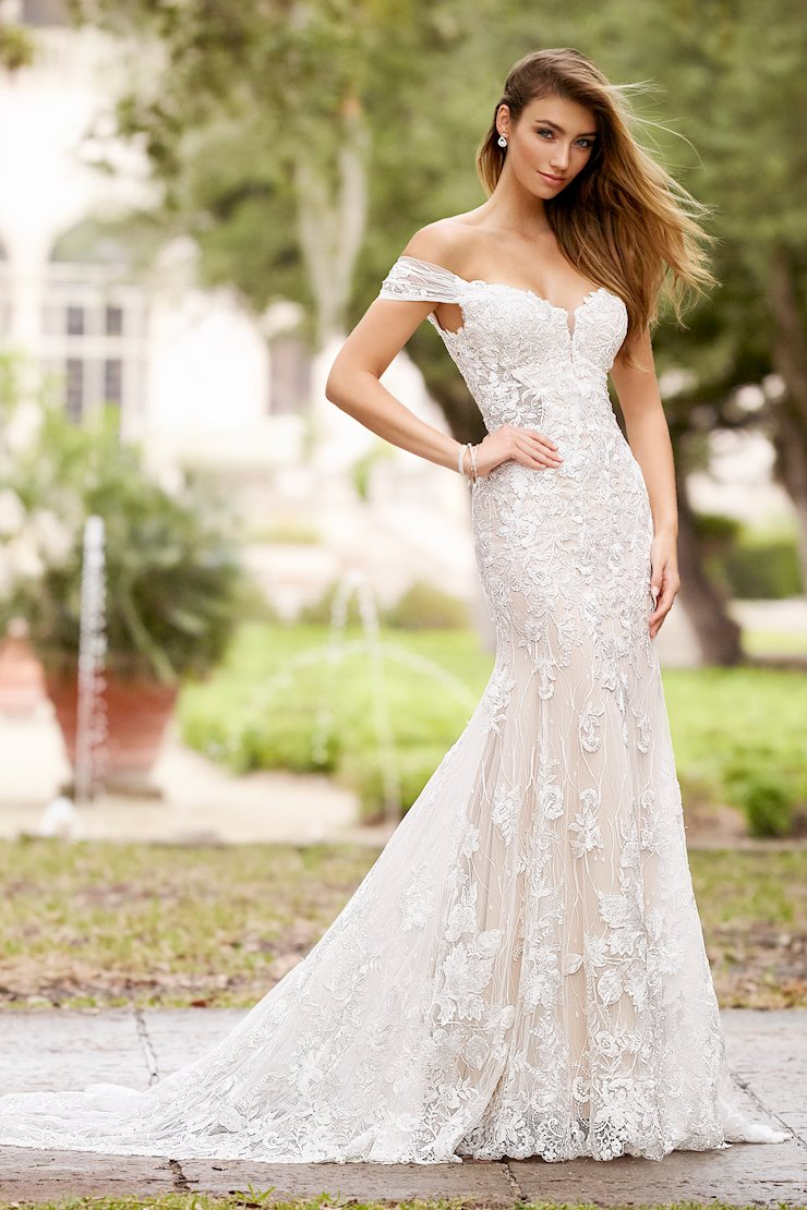 Luna Wondrous Off-the-Shoulder Lace Trumpet Gown