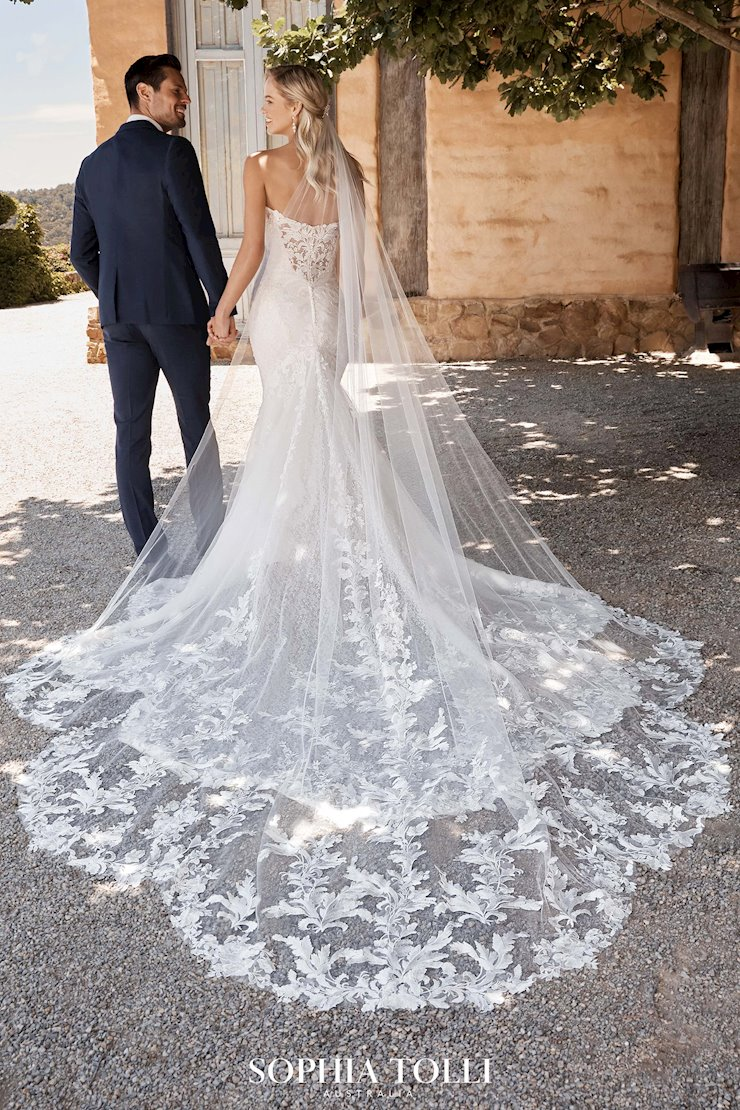 Breathtaking Petal-Shaped Lace Veil